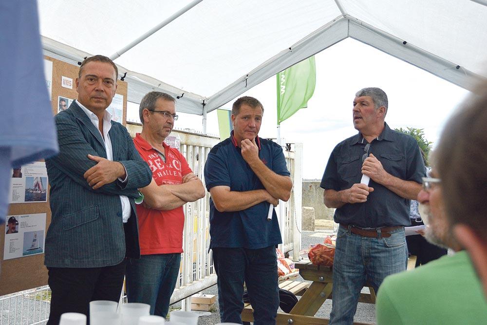 De gauche à droite : Thierry Simelière, maire de Saint-Quay-Portrieux, Loïc Raoult, président de la communauté de commune du Sud Goëlo, Gilbert Brouder, président de l'UCPT et Gérard Le Meur, président du syndicat de défense du coco de Paimpol.
