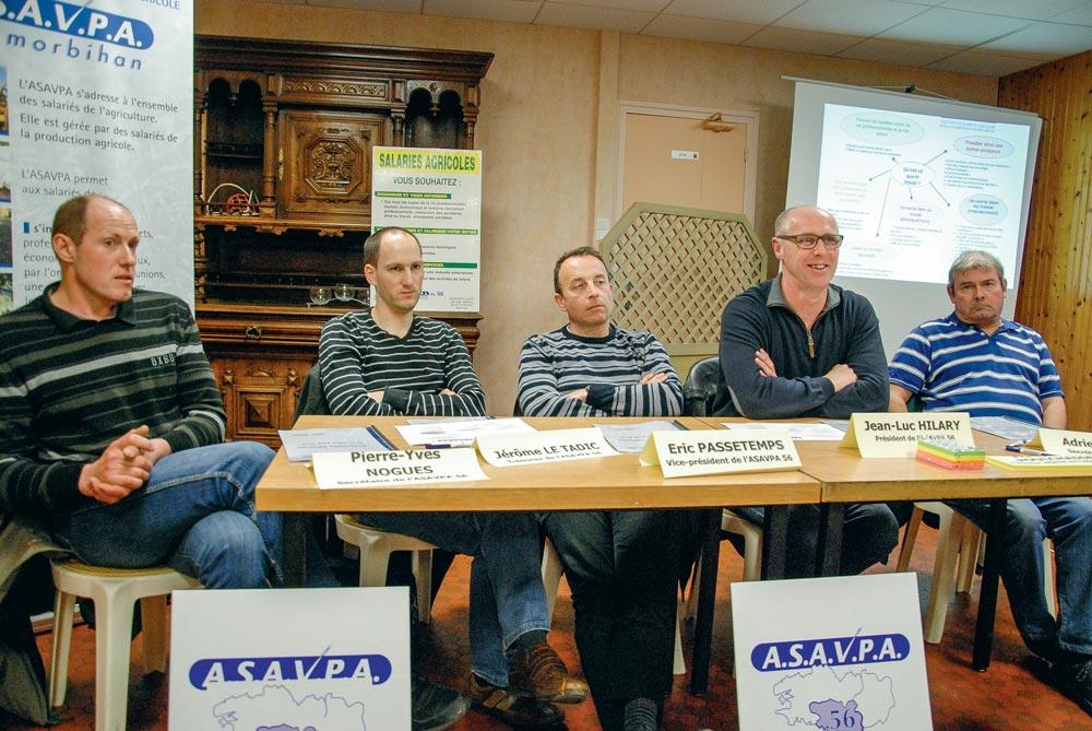 Pierre-Yves Nogues, secrétaire de l'Asavpa 56 ; Jérôme Le Tadic, trésorier ; Éric Passetemps, vice-président ; Jean-Luc Hilary, président ; Adrien Audic, secrétaire adjoint.