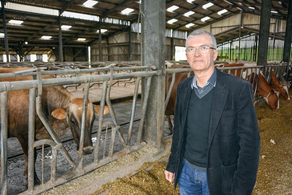 Bernard Lannes, président national de la Coordination rurale, lors de sa visite finistérienne au Cloître-Pleyben, chez Pascal et Bruno Demeuré.