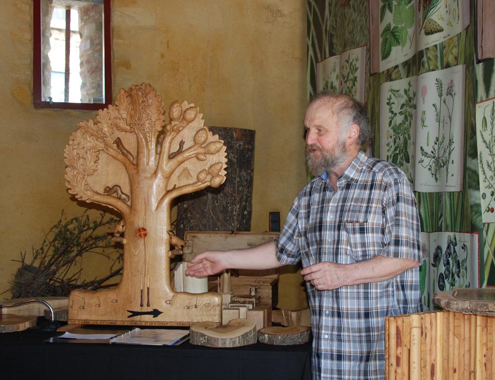 Photo of Ses histoires sont sculptées dans le bois