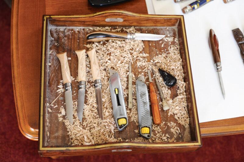 Dans son plateau, ses outils