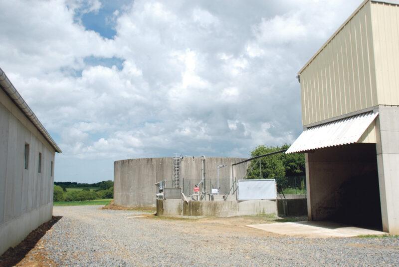 Sur la gauche, le nouvel engraissement. À droite, au premier plan, le bâtiment qui abrite la centrifugeuse, placée à l'étage