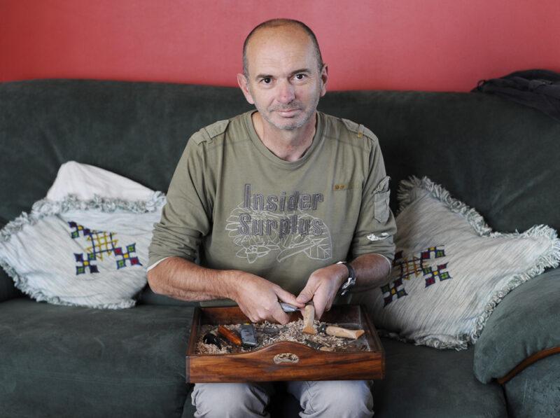 Ronan sculpte patiemment les manches d'Opinel depuis bientôt 30 ans