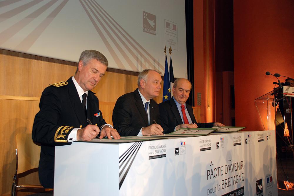 signature-pacte-d-avenir-13-decembre-2013-rennes-patrick-strzoda-jean-marc-ayrault-pierrick-massiot