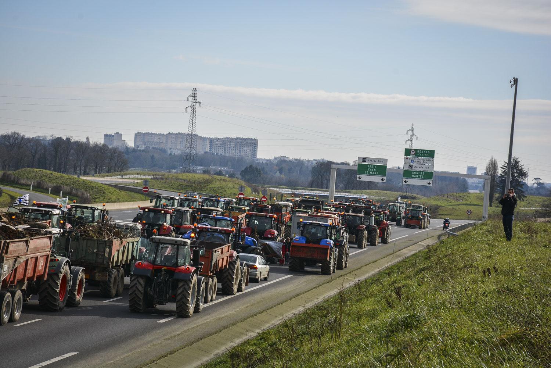 Photo of Les agriculteurs maintiennent la pression et paralysent Rennes