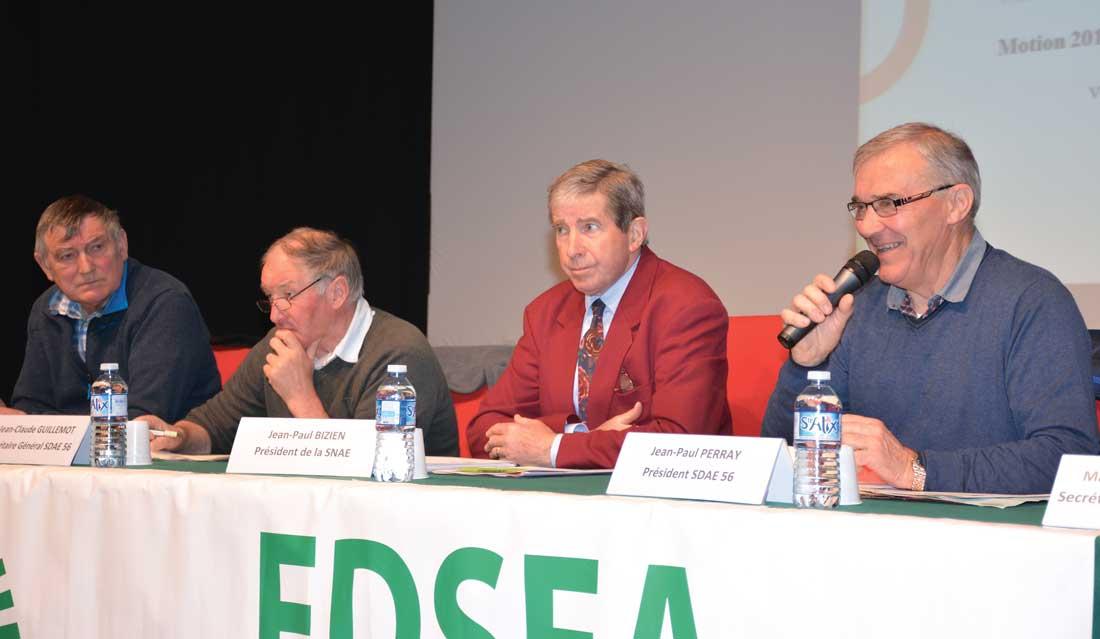 De gauche à droite: Louis Kersuillec, Jean-Claude Guillemot, Jean-Paul Bizien, président du SNAE (section nationale des anciens exploitants agricoles) et Jean-Claude Perray, président du SDAE