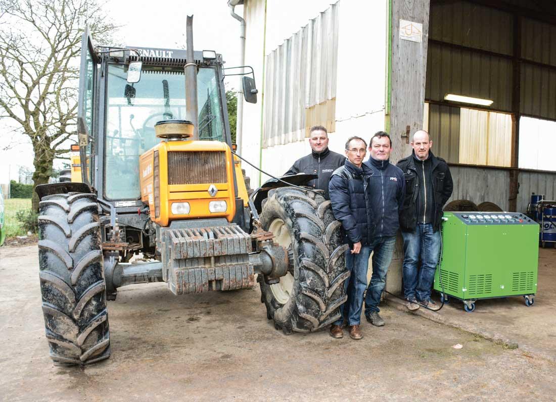 De gauche à droite : Christophe Gandeboeuf, Vincent Couvert, Gérard Even, Rodolphe Marmin. Pour les tracteurs, une machine avec six générateurs d'hydrogène est utilisée (en vert).