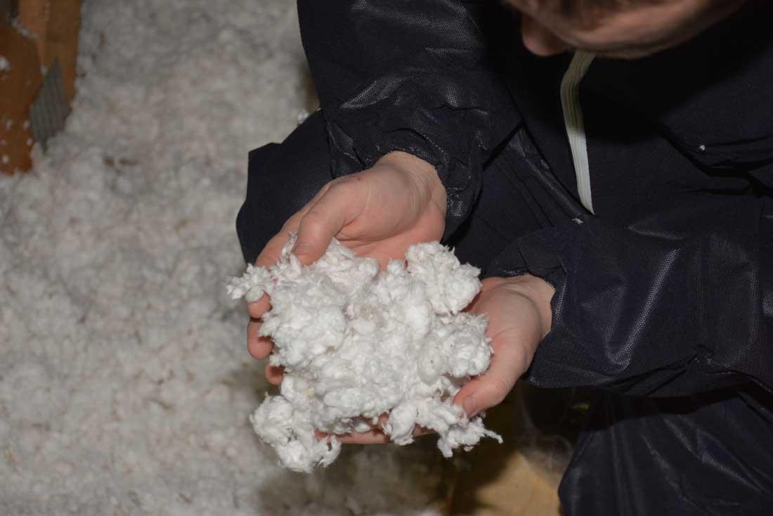 Photo of De la laine de verre soufflée, à plat dans les combles de la porcherie