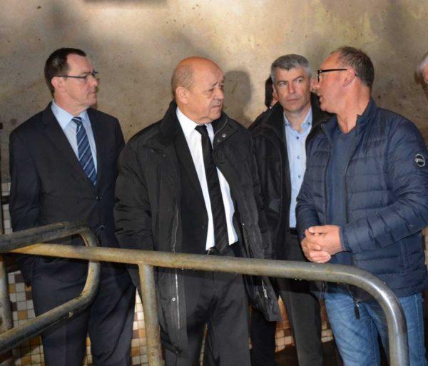 De droite à gauche : Jean-Paul Ronsin, agriculteur à Bédée (35), Olivier Allain, vice-président du Conseil régional en charge de l'agriculture, et Jean-Yves Le Drian, président de la Région Bretagne et ministre de la Défense.