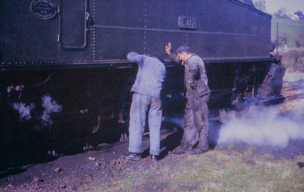Vérification d'une locomotive E 417, à Châteaulin, en 1967, avant le départ pour Carhaix.