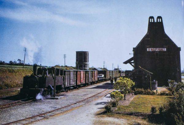 Train MV (marchandises voyageurs) en gare de Saint-Nic.