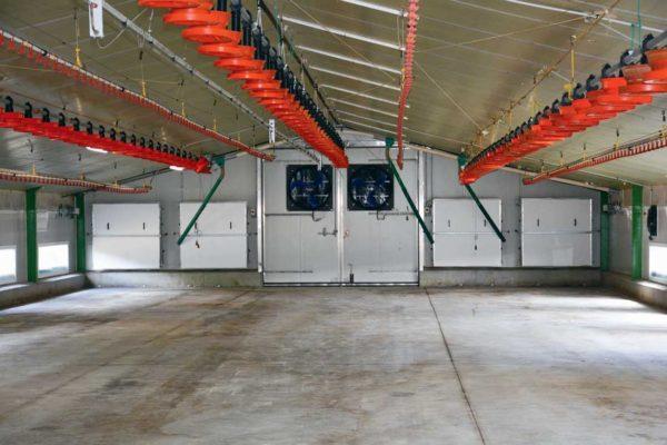 En ventilation longitudinale les poulaillers sont équipés au pignon de 2 ventilateurs progressifs de 22 500 m3/h et de 4 turbines de 38 000 m3/h.