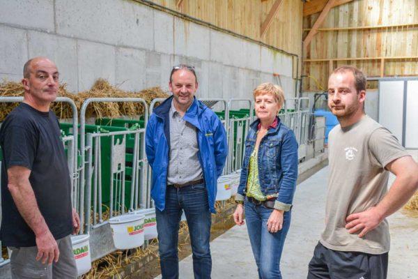 De gauche à droite Daniel Bellego, Michel Gourin, Isabelle et Julien Bellego recevront les visiteurs lors d'une porte ouverte le 23 juin prochain de 10 h à 17h. À leur droite, Michel Gourin, Traite Système, installateur du matériel de traite.