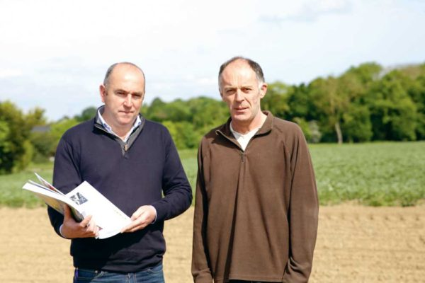 À droite, Gilles Collet, associé du Gaec des Rosiers et à gauche, Daniel Fubert, technicien cultures Triskalia.