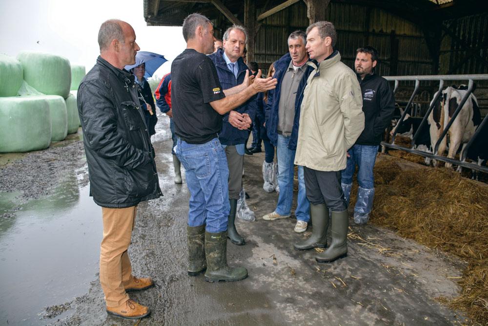Christophe Mirmand, nouveau préfet de Bretagne (en beige), a visité un élevage laitier, prenant connaissance des difficultés du terrain.