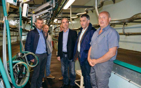 Thierry Roquefeuil, président de la FNPL (veste noire au centre) a rencontré des responsables et adhérents de la FDSEA d'Ille-et-Vilaine sur l'exploitation de Claude Morel à Saint-Grégoire (à droite).