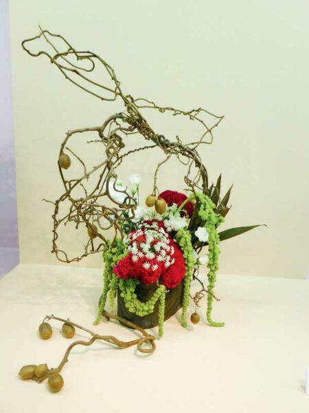 L'ikebana est un art floral japonais qui valorise aussi bien le vase, les tiges, les feuilles et les branches que la fleur elle-même.