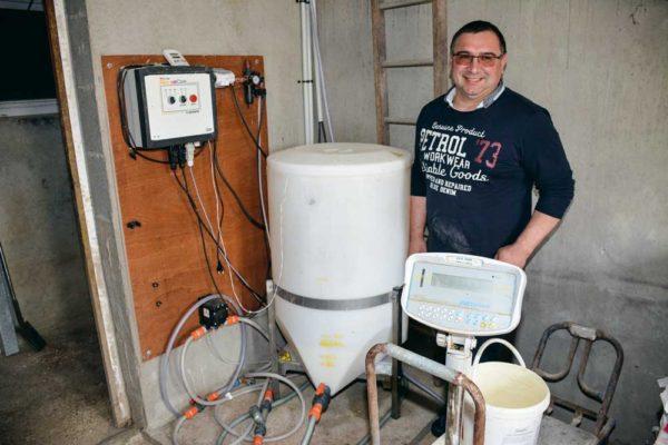 Jean-Nicolas Poirier présente son installation. Le lait est fabriqué, une fois par jour, dans une cuve, à proximité des maternités. La poudre est dissoute dans une eau à 50°C. Un brassage est effectué toutes les demi-heures. La préparation ne prend pas plus de cinq minutes par jour. Le lait est propulsé dans les tuyaux (circuit fermé) par une pompe qui travaille en continu. Le lait résiduel, dans les tuyaux, revient à la cuve. Le circuit est nettoyé une fois par semaine à l'eau et désinfecté à chaque fin de bande.