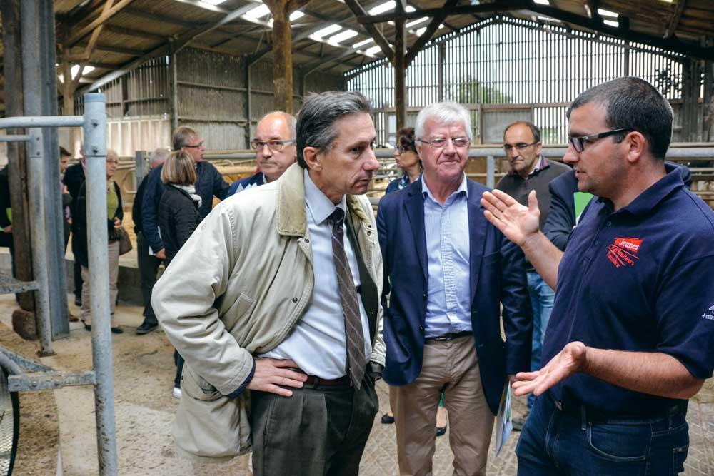Sébastien Louzaouen (à droite), a fait part de ses préoccupations au sous-préfet de Brest, Ivan Bouchier.