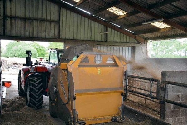 La pailleuse rend le travail moins pénible autour des bovins.