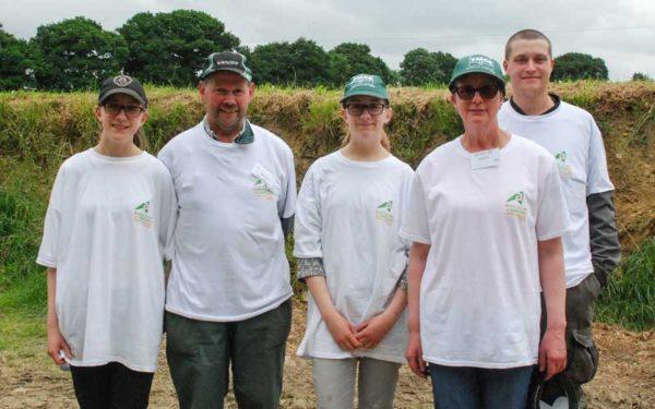 L'élevage laitier, une passion familiale chez les De Jongh : Trijntje, Willen, Nelly, Stasja et Reiner.