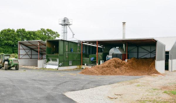 La chaudière bois de 900 kw sèche du fourrage, du maïs grain, des céréales de l'exploitation ou d'ailleurs en prestation. Il est aussi possible de sécher d'autres matières dans le séchoir. Le bâtiment de 1000 m2 situé à l'arrière sert au stockage du fourrage et autres matières après séchage.