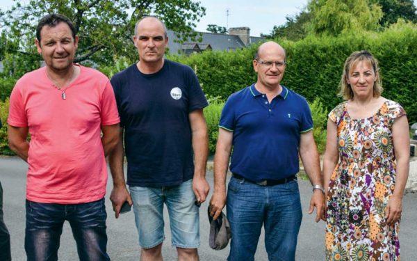 De droite à gauche: Marie-André Le Luherne, Jean-Marie Meunier, Frank Guéhennec et François Valy, de la FDSEA, sur l'exploitation du Gaec Jarno à Ploërmel.