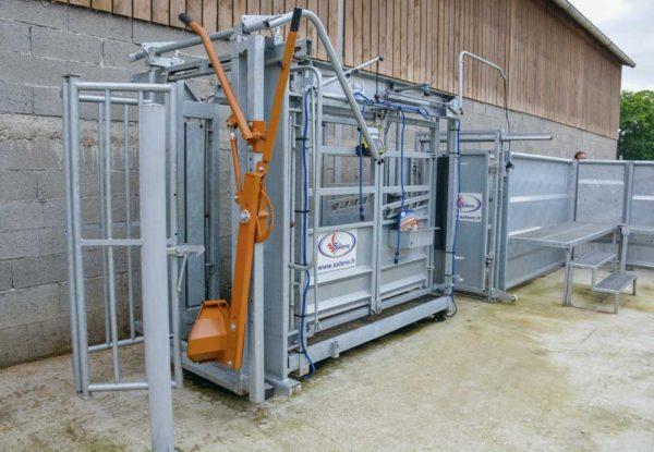L'installation extérieure de contention comprend  des parcs de tri, ainsi qu'un couloir et une cage  de contention réglables en largeur.