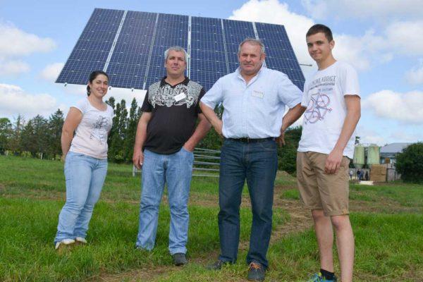 Anaïs Robin, salariée de l'exploitation ; Didier Houeix et Yannick Rolland, associés du Gaec, avec Antonin Brassenx, stagiaire.