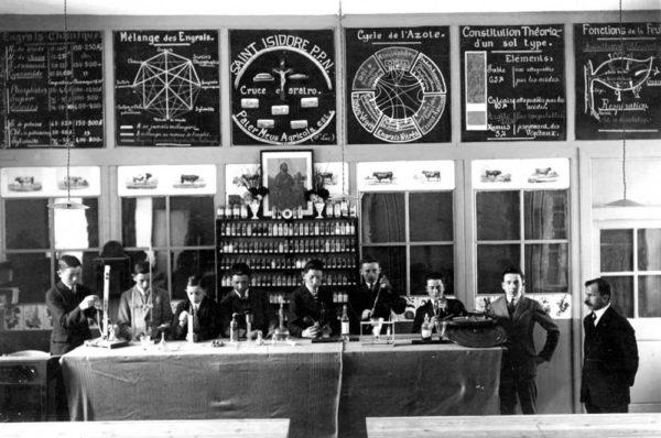 Dans la salle d'agriculture : le Frère présent, Monsieur Brodeur, est le professeur d'agriculture de 1922 à 1928, un Frère sécularisé et en civil.