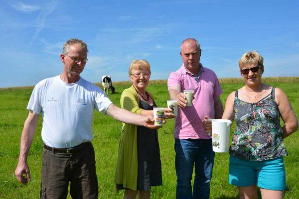 Jaap Zuurbier, Josiane Quéré, Claude Corcuff et Christine Corvest serviront le lait d'agriculteurs bretons le matin du festival au camping.