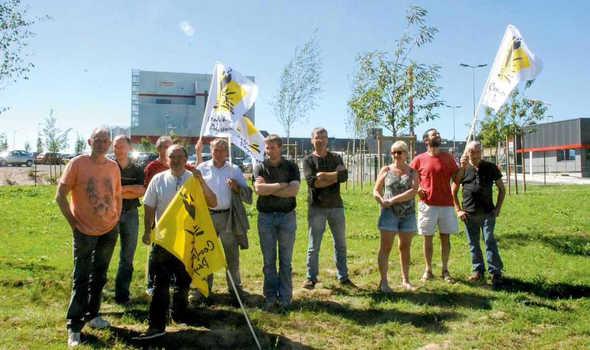 Alors que la FNSEA s'en prend à la laiterie Lactalis à Laval, la Confédération paysanne a manifesté symboliquement devant la nouvelle usine Synutra à Carhaix (29).