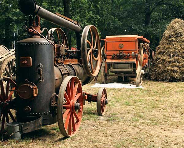 Pendant la guerre 14 - 18, pour entraîner les ensembles de batterie, le moteur à vapeur a remplacé la force des chevaux réquisitionnés.