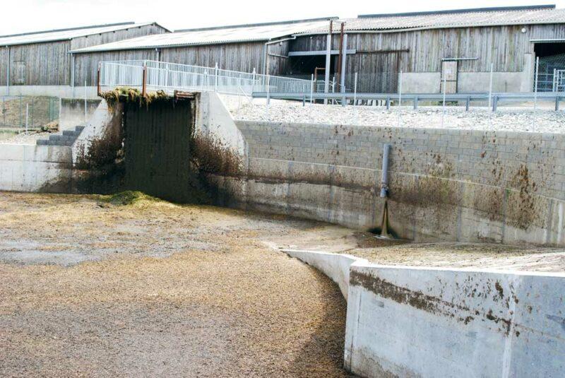 Depuis novembre2015, la nouvelle fosse de 4000m3 a été ouverte (mise aux normes par rapport aux six mois de stockage; une deuxième fosse de 500m3 reste en fonctionnement). Elle comprend une rampe d'accès pour les tracteurs et un portique pour glisser le broyeur mixeur de 10m de long. La fosse a été pensée d'après ce que Gilbert avait observé sur des élevages américains (via des magazines) pour gérer des éléments solides. « Nous sortons 400kg de fumiers et de paille longue (dans certains boxes) par jour. Et c'est une matière assez dure. » Il y a dix-huit ans déjà, les éleveurs avaient demandé leurs premiers racleurs sur ce qu'ils avaient vu en Italie. « A l'époque, les constructeurs n'en faisaient pas pour les fumiers compacts, lourds, en France. » L'exploitation est aujourd'hui équipée de cinq racleurs.