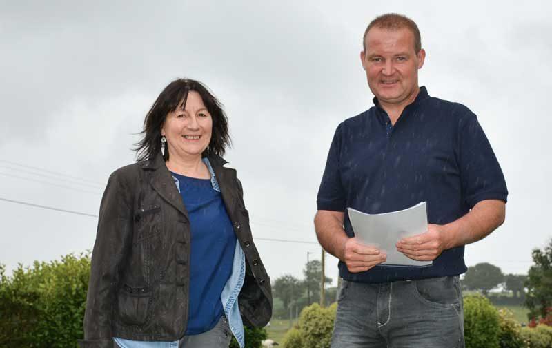 Anne Prigent, responsable technique environnement à BCEL Ouest, et Denis Merien, producteur laitier à Bourg-Blanc (29).