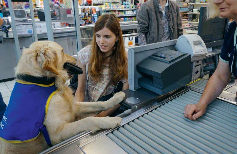 À la caisse du supermarché, Havane se charge d'effectuer la transaction pour sa référente Kristyna.