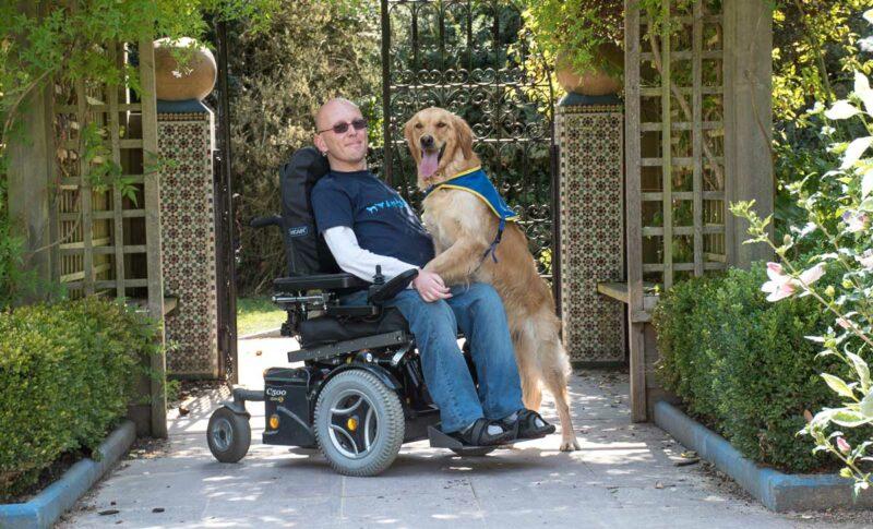Amaury Daugan, installé à la Chapelle-des-Fougeretz (35), a reçu son premier chien d'assistance en 2003. Il y a deux mois, l'association lui a confié Jingle, son nouveau compagnon de route vers l'autonomie. « Dans mon environnement citadin, il a fallu rapidement lui faire comprendre le trafic routier, la traversée des rues… »