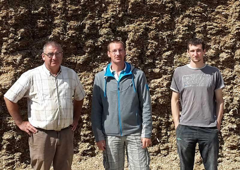 Yannick et Emmanuel Le Bars, de Plouha, entourant leur technicien production végétale, Ludovic Pouline