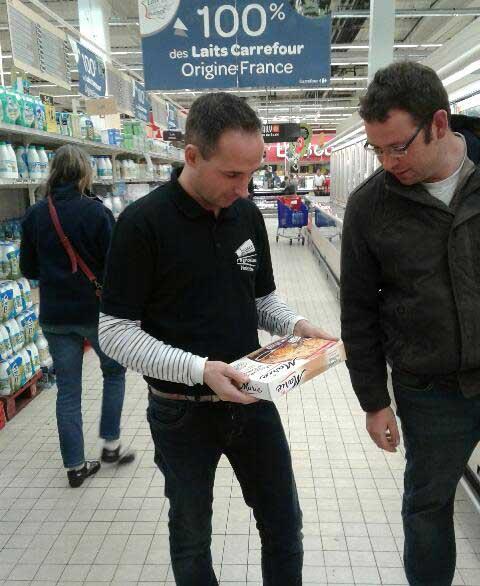 Mathieu Bourveau et Loïc Bernard, des JA 29, épluchent la composition d'un plat préparé dans les rayons du Carrefour à Quimper.