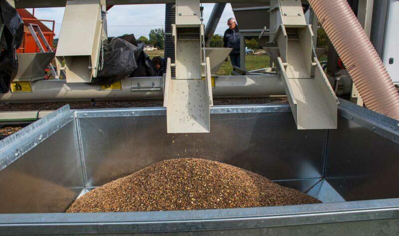 L'attelage se compose d'un camion portant un groupe électrogène et un nettoyeur – trieur pneumatique et d'une remorque équipée du toaster pour un rendement de 4 t de graines grillées par heure.