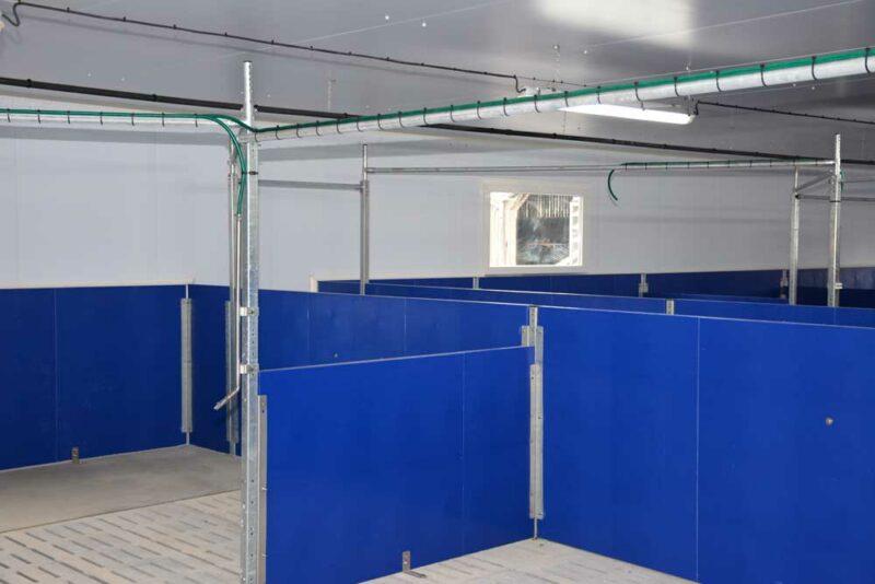 À l'intérieur, le plafond et les murs sont en panneaux isolés (mousse isolante rigide). Ils sont assemblés selon le principe «tenon-mortaise», ce qui évite les ponts thermiques. La couche intérieure du panneau est en PVC ce qui facilite le lavage et sécurise le sanitaire. La distribution d'aliment est automatisée (système Gestal).