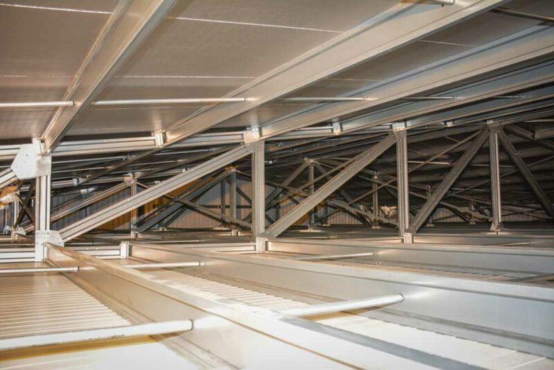 La charpente, en alliage de zinc, d'aluminium et d'acier, et les combles vides limitent les risques d'incendie. L'éleveur économise plus de 20 % de frais d'assurance. Il n'y a ni laines, ni fibres, et donc pas de microparticules dans le bâtiment, un avantage pour les éleveurs au niveau pulmonaire.