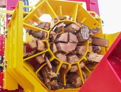 Équipée d'un grappin de 6,3 m de haut et d'une grille spécifique, la nouvelle fendeuse horizontale Rabaud F80 de la Cuma permet d'obtenir 28 éclats à partir de pièces de bois de 80 cm de diamètre.