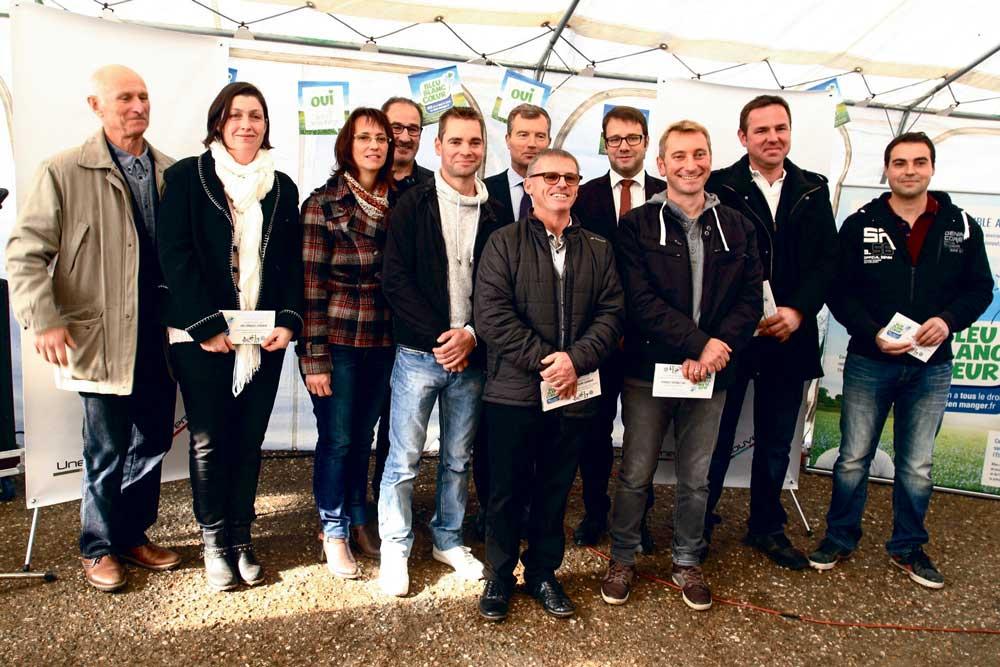 Le 5 novembre à Liffré, les cinq éleveurs ont reçu leur contribution, en présence de Loïc Chesnais-Girard, maire de Liffré, et de Christophe Mirmand, préfet de Bretagne.