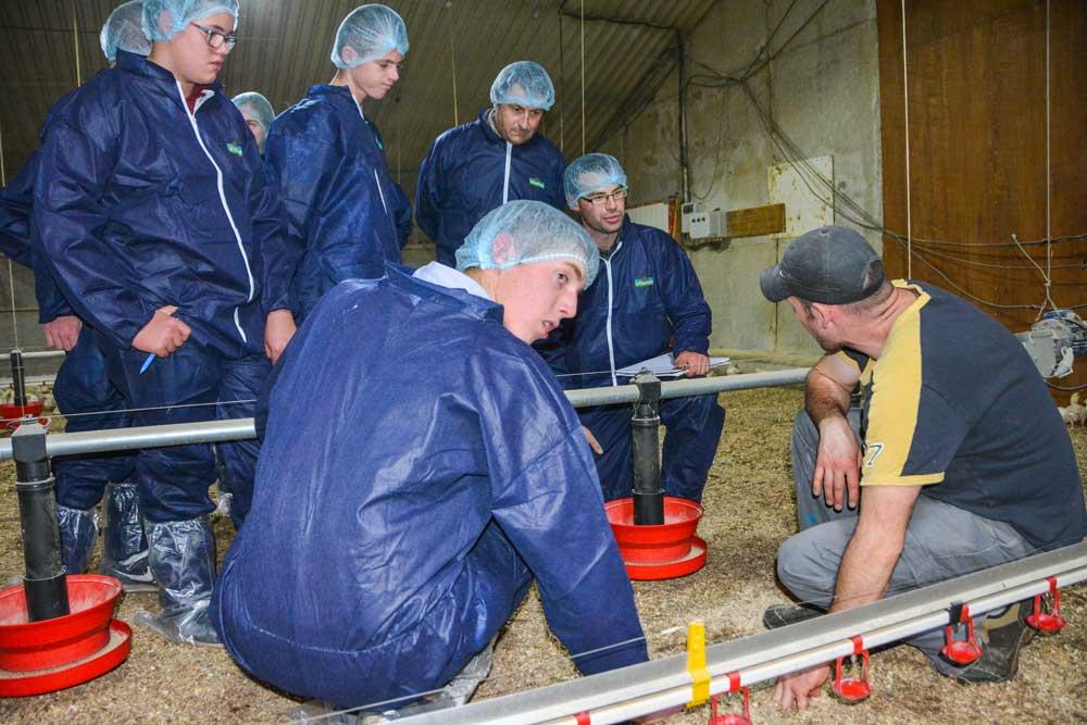 Alimentation, chauffage, conduite de l'élevage… Les élèves ont été attentifs aux explications de l'aviculteur.