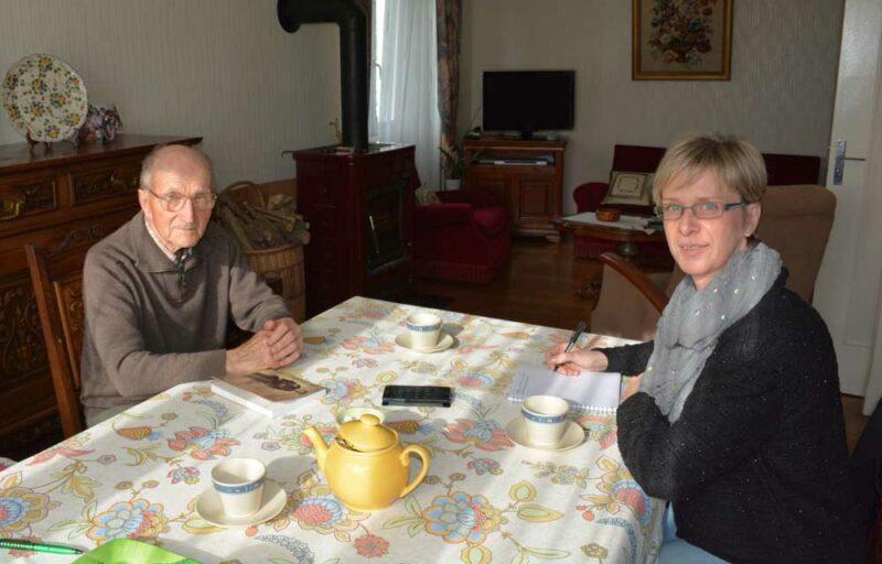 Jean, ancien agriculteur, échange avec Corinne Le Loc'h autour des nouvelles anecdotes à insérer dans le livre de sa vie.