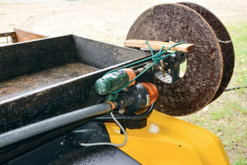 En récupérant une visseuse de 12 volts, l'éleveur a fabriqué un enrouleur électrique à 2 vitesses.