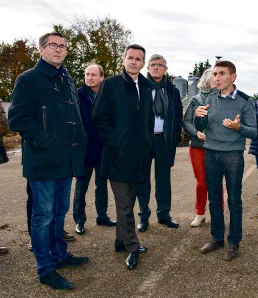 François Trubert (à droite) a expliqué le fonctionnement de son installation de méthanisation aux élus de Rennes Métropole.