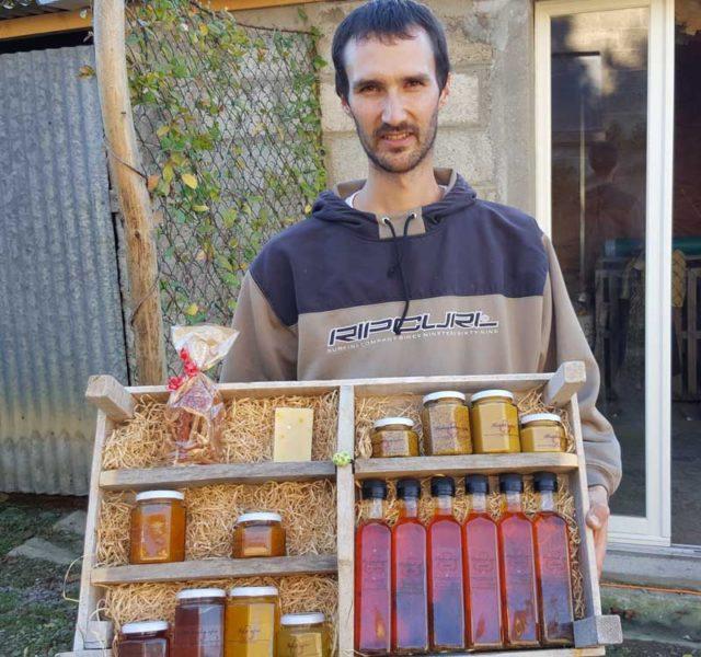 Alexandre Laverty présente les produits à base de Safran produits en partie à la ferme.