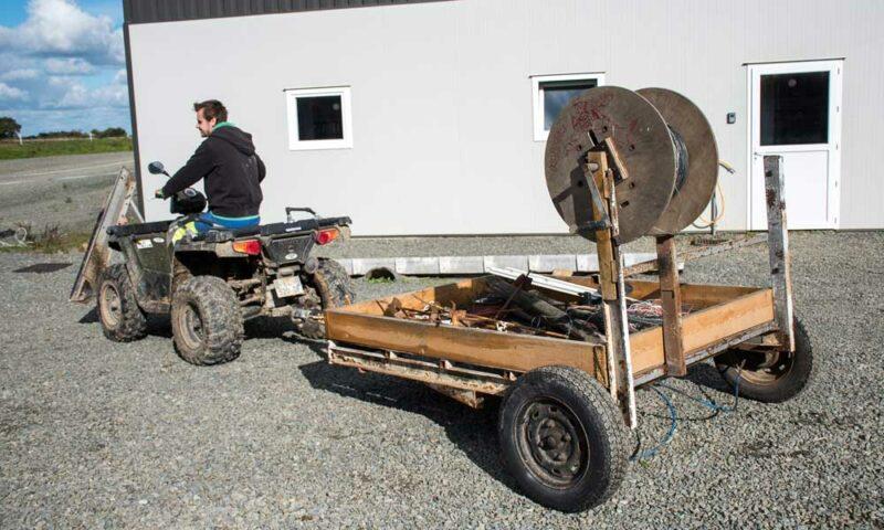 Un plateau de caravane a servi à bricoler cette remorque pour les clôtures. Les piquets sont rangés dessus et un enrouleur installé pour tirer facilement le fil.